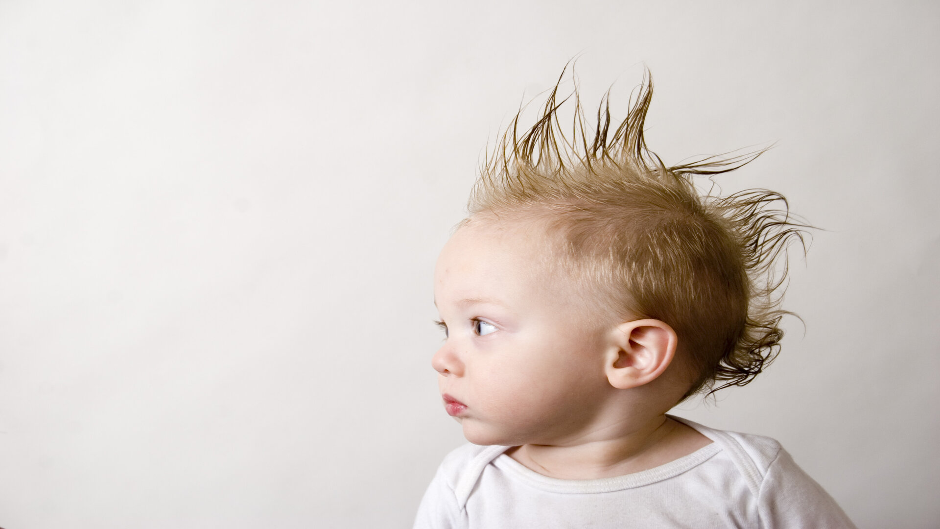 Remuez les cheveux de bébé